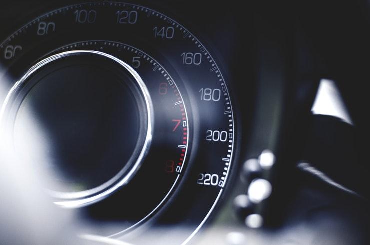En hastighetsmätare på bil